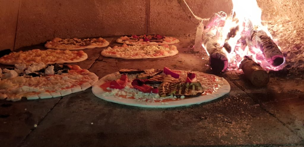 Pizze in forno al ristorante La Cala
