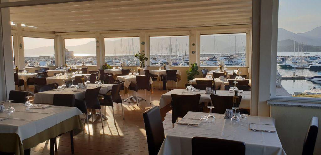 La terrazza del ristorante La Cala al porto