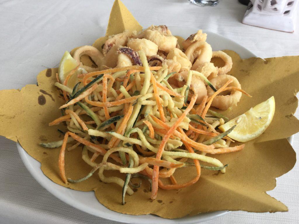 Frittura di calamari con tempura di zucchine e carote