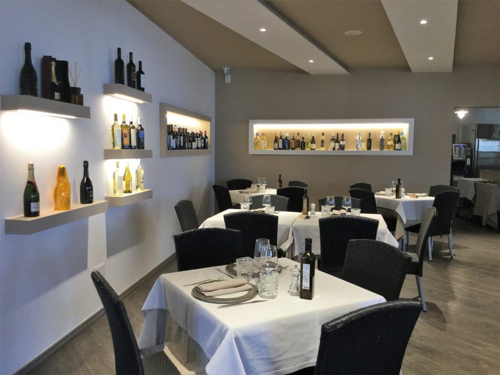 La sala interna del ristorante La Vela a Villasimius
