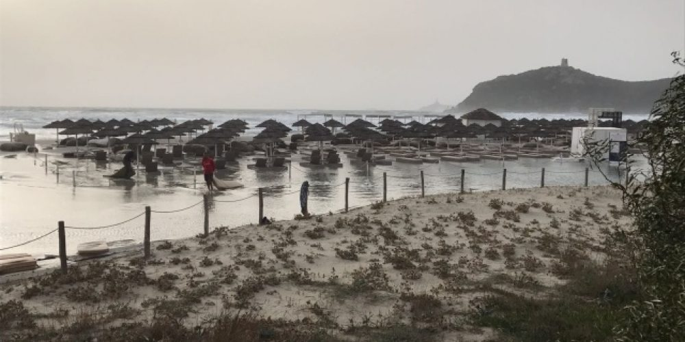 """Mareggiata a Villasimius, la spiaggia del Timi Ama quasi """"scompare"""""""